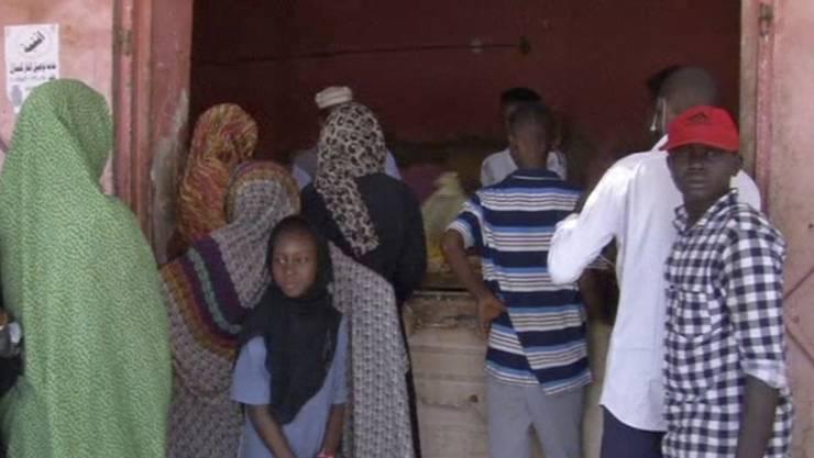 Menschen standen am Sonntag Schlange vor einer Bäckerei in Khartum. Die meisten Geschäfte und Märkte in der Hauptstadt und anderen Städten blieben geschlossen.