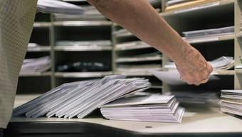 Ein Zürcher Pöstler hat über Jahre Briefe mit Bargeld gestohlen. (Symbolbild)
