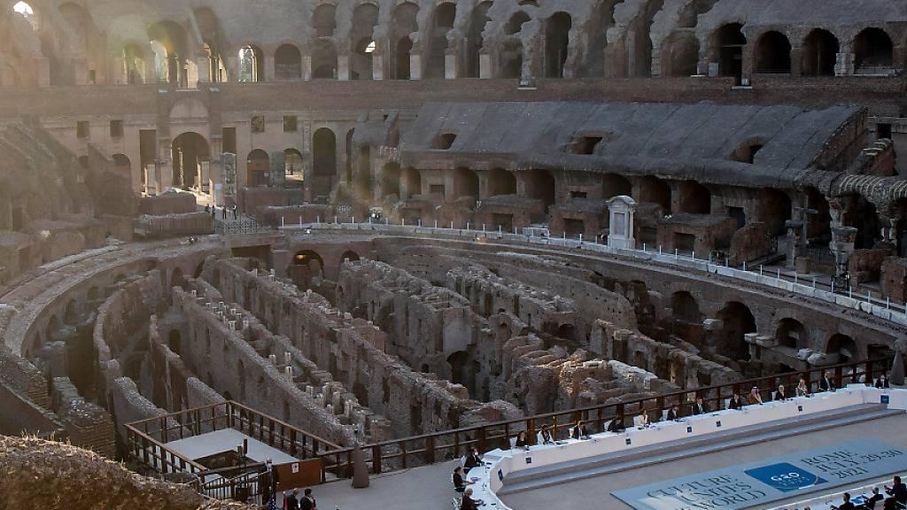 Die Teilnehmer des G20-Kulturministertreffens sitzen im Kolosseum in Rom an ihren Plätzen. Foto: Lapresse / Roberto Monaldo/LaPresse via ZUMA Press/dpa