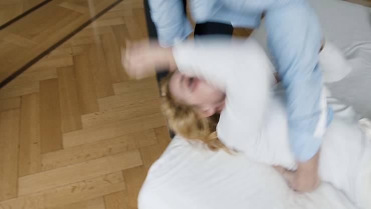 Gewalt gegen Frauen und häusliche Gewalt ist auch in der Schweiz weit verbreitet. Der Bundesrat will nun die Prävention verstärken. (Symbolbild)