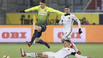 Thuns Sandro Lauper, links, im Duell mit Basels Marek Suchy im Fussball Meisterschaftsspiel der Super League zwischen dem FC Thun und dem FC Basel.