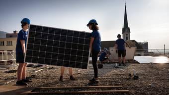 Schüler bauen Solardach auf Turnhallendach