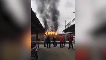 Am Sonntag gegen 17 Uhr ging die Meldung ein, dass ein Schuppen nahe des Bahnhofes in Flammen stehe.