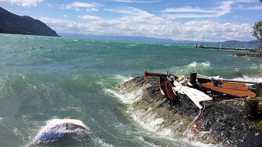 Vom gekenterten Segelschiff ist nicht mehr viel übrig: Das Wrack befindet sich auf einem Felsen am Genferseeufer bei Le Bouveret VS.