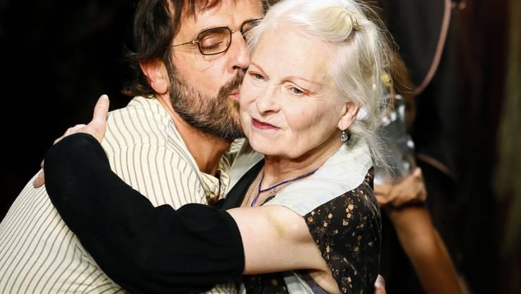 Seit den 80er Jahren lieben und inspirieren sie sich: Die britische Designerin Vivienne Westwood und ihr 25 Jahre jüngerer Ehemann Andreas Kronthaler. (Archivbild)
