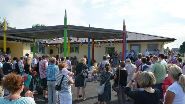 Pastoralassistentin und Gemeindeleiterin Beatrice Emmenegger spricht vor dem neuen Kindergarten.