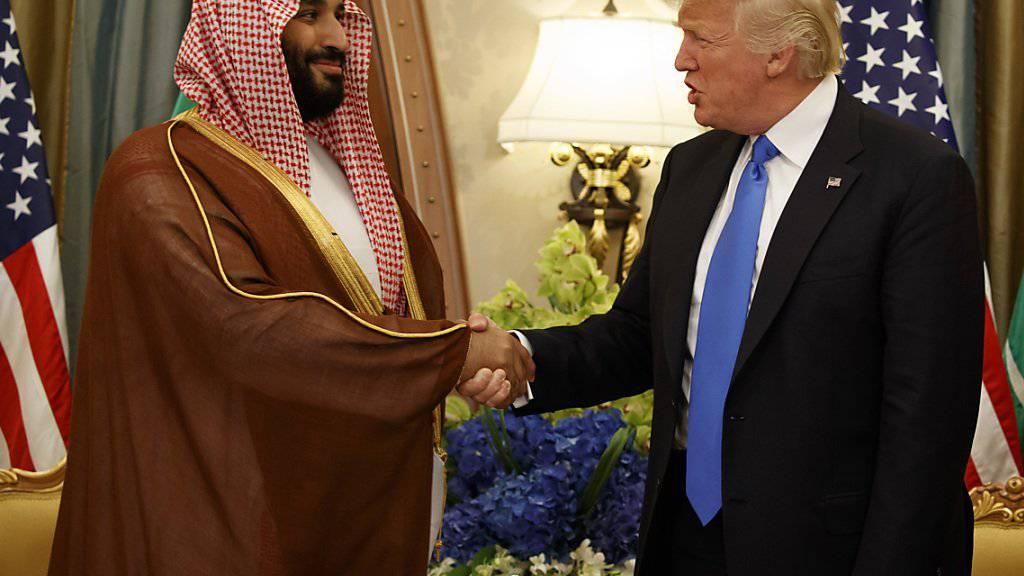 Der jüngere Bruder des mächtigen saudischen Kronprinzen Mohammed bin Salman (links) ist als saudischer Botschafter in den USA abgezogen worden. (Archivbild)