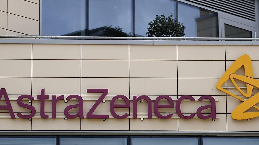 Blick auf das Firmenlogo am Sitz von Astrazeneca in Cambridge. (Archiv)