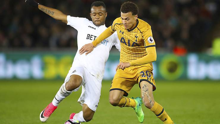 Einen Schritt schneller: Tottenhams Torschütze Dele Alli ist vor Swanseas Jordan Ayew am Ball