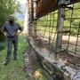ARCHIV - Zwei Männer stehen im Tierpflegezentrum am beschädigten Zaun zum Wildtiergehege. Innerhalb eines Jahres war der Braunbär «M49» - der Ausbrecherkönig unter den norditalienischen Bären - zum zweiten Mal aus einem Wildtiergehege in der Provinz Trentino ausgerissen. Foto: -/Pressestelle der Autonomen Provinz Trient/dpa - ACHTUNG: Nur zur redaktionellen Verwendung im Zusammenhang mit der aktuellen Berichterstattung und nur mit vollständiger Nennung des vorstehenden Credits