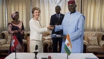 Bundesrätin Simonetta Sommaruga und der nigrische Aussenminister Ibrahim Yacouba bei der Unterzeichnung des Abkommens.