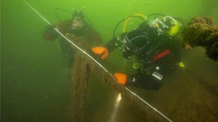 Die Swiss Archeo Divers vermessen das Wrack.