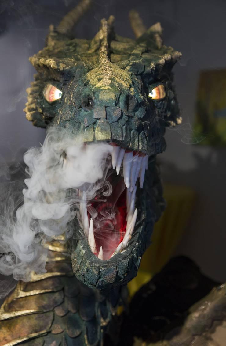 Der Drache «Galun» wurde mit Soundeffekten, leuchtenden Augen und einer Rauchmaschine ausgestattet. Bald faucht er an der «Fantasy Basel».
