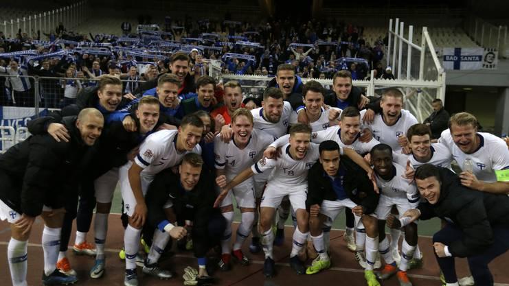 Spieler und Fans feiern den Auswärtssieg bei Griechenland, dem Europameister von 2004.