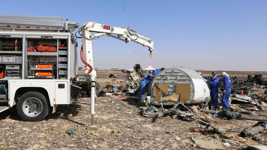 Russische Experten bei der Ermittlungsarbeit im Absturzgebiet im Sinai (Archiv)