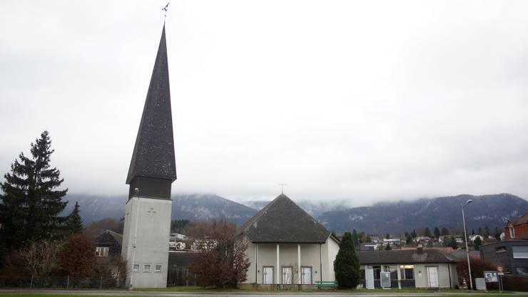 Das Pfarrhaus (links vom Turm) aus dem Jahr 1956 soll abgerissen werden. Das stösst in der reformierten Kirchgemeinde auf Kritik.
