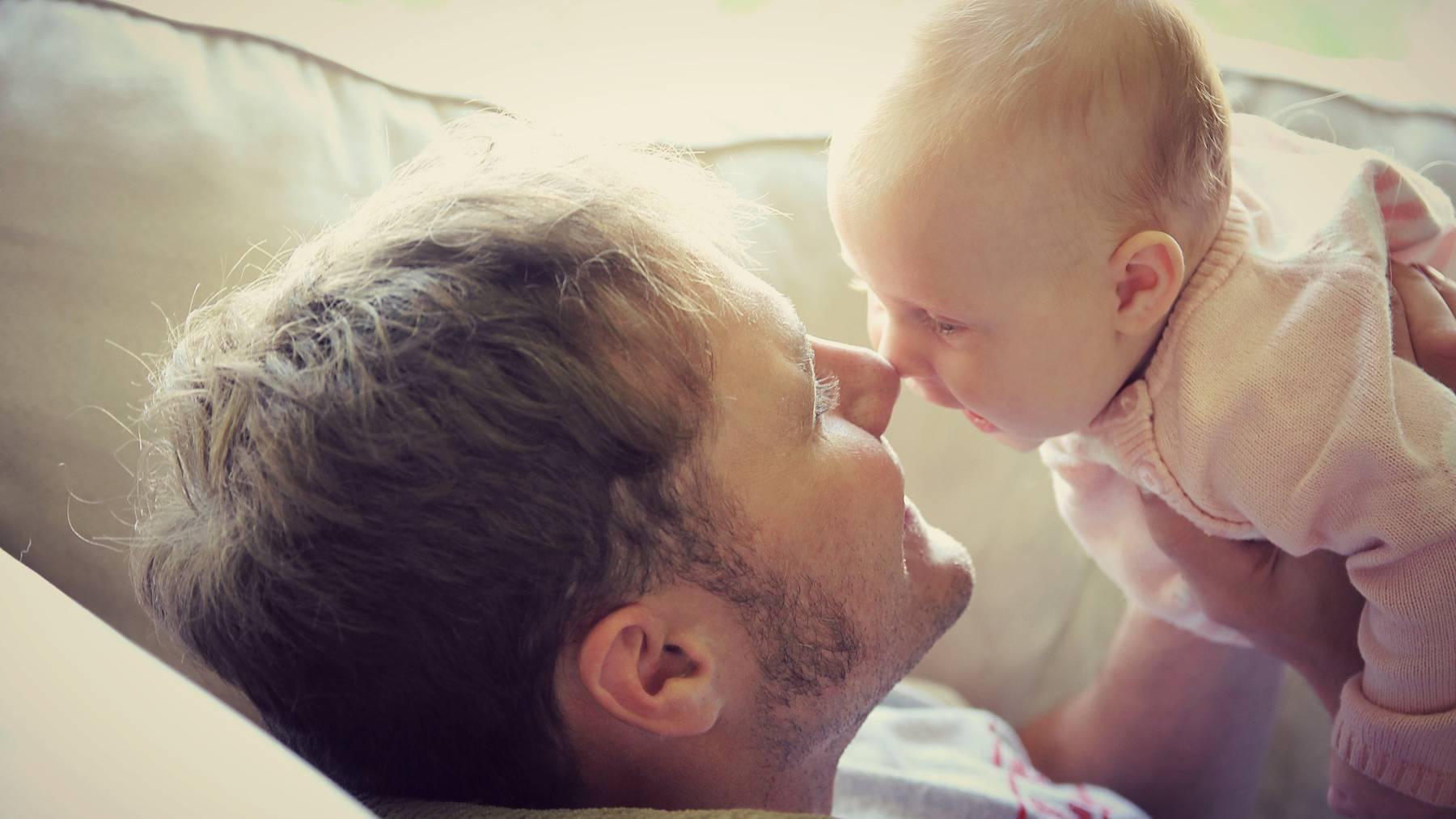 Die Mehrheit des Volkes möchte einen gesetzlich geregelten Vaterschaftsurlaub.