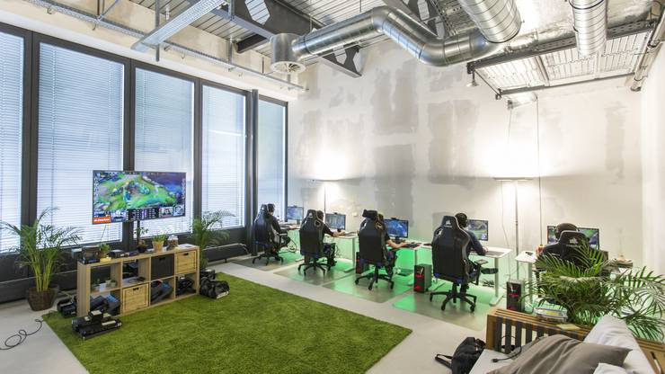 Im Trainingscenter fühlt man sich wie im Büro eines Start-ups. In der Mitte des Raumes am grossen Fernseher besprechen die fünf Profigamer ihre Spiele mit dem Trainer.