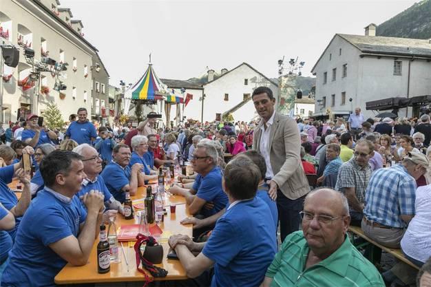 Wiedersehen mit Roman Kilchsperger: Die Klingnauer Jass-Gemeinde (blaue Tenüs) trifft den «Donnschtig-Jass»-Moderator morgen in Bürglen.