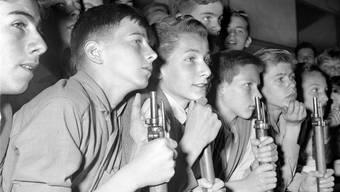 Diese Knaben beobachten 1955 gespannt den Schiesswettkampf im Albisgüetli. K