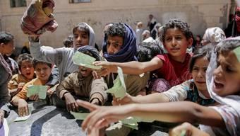 Verteilung von Lebensmitteln in Jemens Hauptstadt Sanaa im April 2017. (Archivbild)