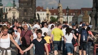 Menschen spazieren während des Festivals des Straßentheaters Teatrotoc an der Prager Karlsbrücke. Foto: Tomas Tkacik/SOPA Images via ZUMA Wire/dpa