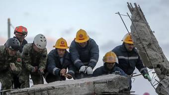 Helfer suchen nach dem heftigen Erdbeben mit Hochdruck nach Überlebenden.