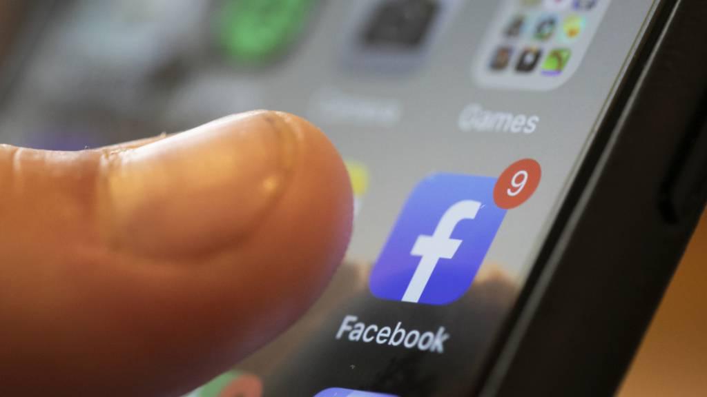 Der amerikanische Social-Media-Konzern Facebook steigt in den Markt für digitale Uhren ein. (Archivbild)