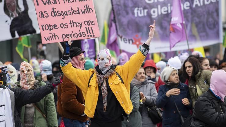 Frauen demonstrieren am Samstag in Zürich trotz Polizeiverbot für ihre Anliegen.