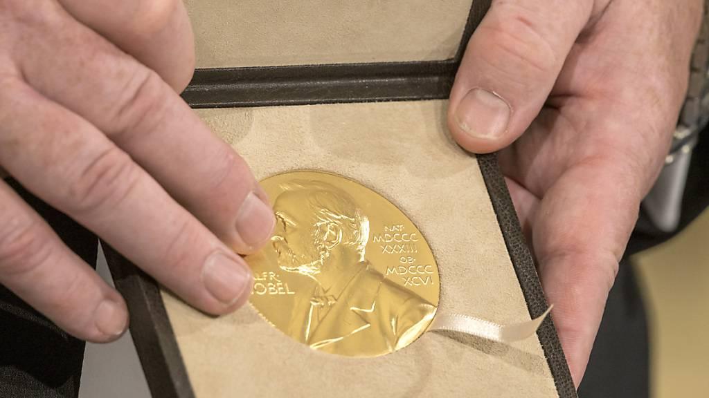 ARCHIV - Wegen der andauernden Pandemie bekommen die diesjährigen Nobelpreisträgerinnen und Nobelpreisträger ihre Auszeichnungen in ihren jeweiligen Heimatländern überreicht. Foto: Peter Kneffel/dpa/Pool/dpa