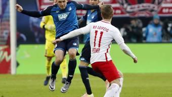 Gewann mit Leipzig das Verfolgerduell gegen Hoffenheim: Timo Werner (in weiss, im Duell mit Pavel Kaderabek)
