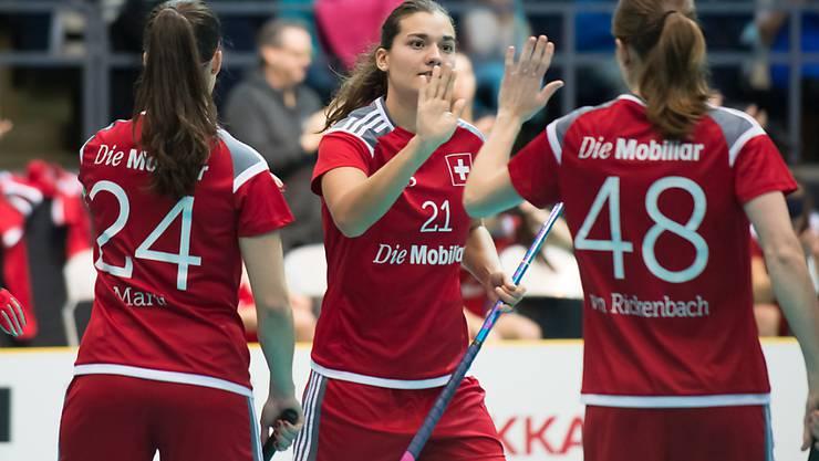 Abklatschen zwischen Priska von Rickenbach (rechts) und Corin Rüttimann während dem Spiel um Platz 3