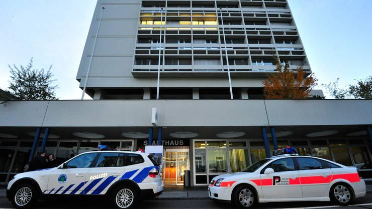 Fahrzeuge der Oltner Stadtpolizei und der Kantonspolizei Solothurn vor dem Stadthaus.
