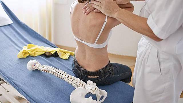 Hausarzt untersucht Patientin (Symbolbild)