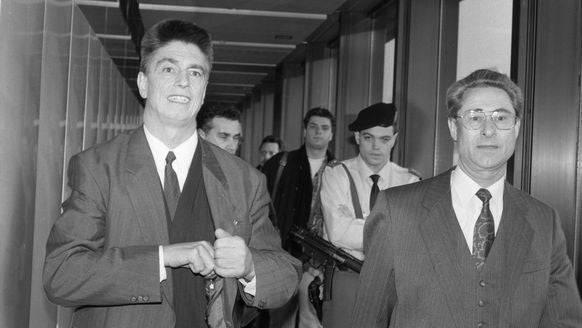 Crypto-Mitarbeiter Hans Bühler (l.) am Flughafen Zürich bei seiner Rückkehr aus Teheran 1993.