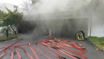 Morgens um 10 Uhr, Rauch dringt aus der Garage. Erst gegen Abend wird die schreckliche Tragweite des Unglücks Gewissheit: Sieben Feuerwehrleute fanden den Tod.  Archiv