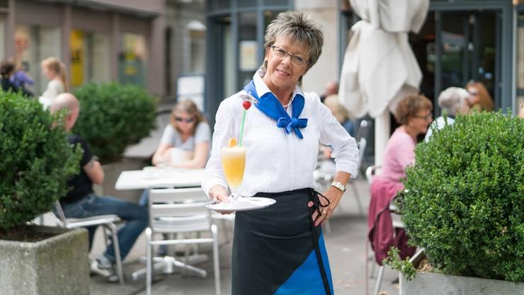 Rita Wettstein ist seit 30 Jahren Serviertochter im Café Himmel in Baden. Ende August geht sie in Pension – mit ambivalenten Gefühlen. Mario Heller