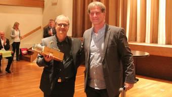 Jörg Meier (links) war mindestens ebenso gerührt über die Taschendunkel, die er von Hans Melliger erhielt, wie über den Wohler Kulturpreis selber.