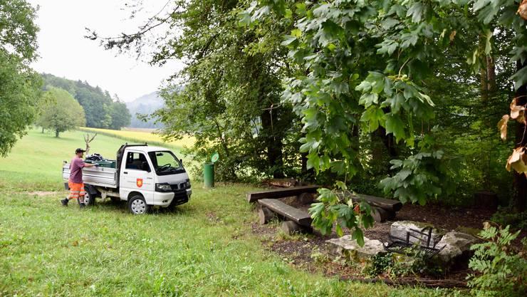 Fünf Feuerstellen der Gemeinde Oetwil liegen im idyllischen Wiesentäli: Werkmitarbeiter Allen Spagnuolo ist dreimal in der Woche unterwegs, damit diese Idylle auch erhalten bleibt.