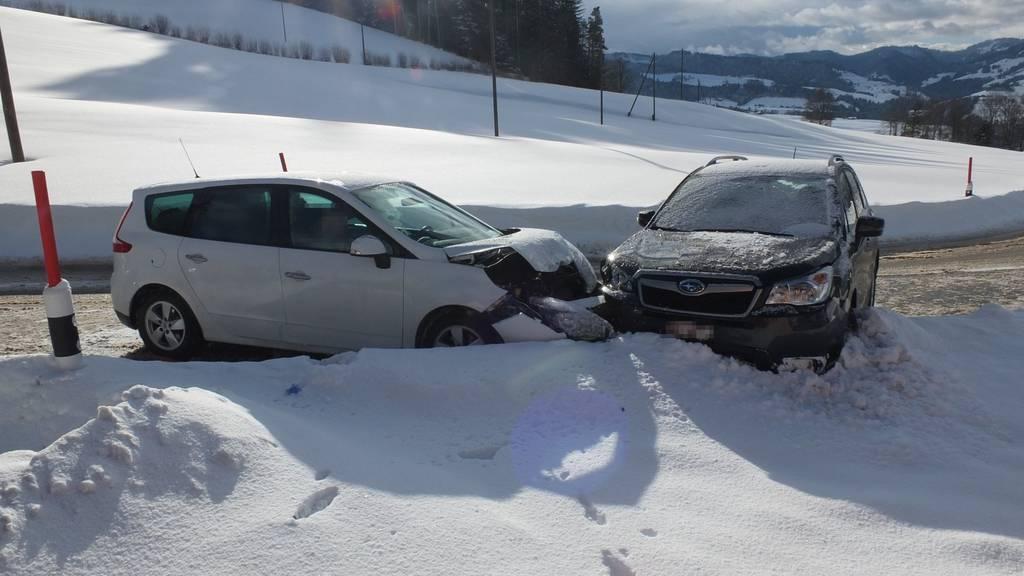 Weisser Personenwagen rammt den dunklen Subaru einer siebenköpfigen Familie.