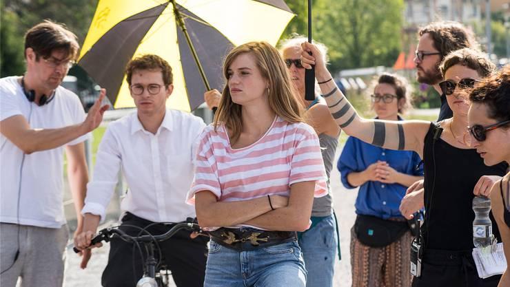 Dreharbeiten in Zürich: Michael Steiner (ganz links) gibt seinen beiden Hauptdarstellern Joel Basman und Noémie Schmidt Anweisungen.Aliocha Merker