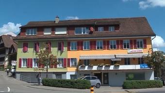 In einer Wohnung in Sins sind am Sonntagabend Schüsse gefallen. Dabei verletzten sich zwei ältere Männer am Kopf, beide mussten ins Spital. Laut der Kantonspolizei waren sie alkoholisiert.