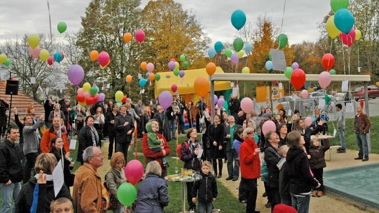 Die Ballone des Wettbewerbs malten zeitweise Farbkleckse an den Himmel.  amg