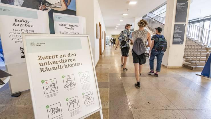 Schilder zeigen, an was sich die Studierenden an der Universität Basel halten müssen.