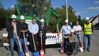 Hans-Peter Berger (3. von rechts) und Marcel Eheim (4. von links) freuen sich zusammen mit Vertretern der am Bau beteiligten Unternehmen, dass das Projekt gestartet werden kann.