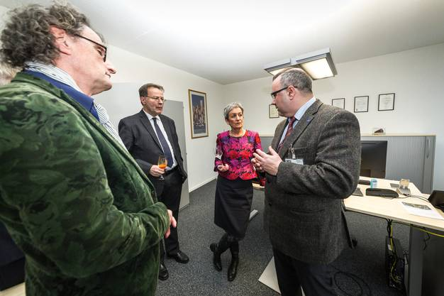 Chefarzt Dan Georgescu (r.) zeigt das neue Ambulatorium der Alters- und Neuropsychiatrie in Dättwil. An der Eröffnung mit dabei war auch Stadtammann Geri Müller (l.).