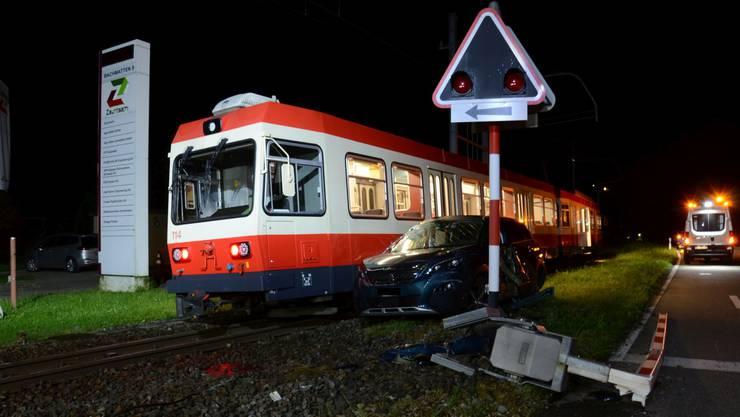In Niederdorf prallte die Waldenburgerbahn in ein Auto.
