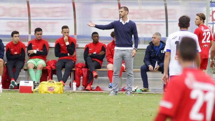 Trainer Goran Ivelj gestikuliert beim 0:3 des FC Dietikon gegen Eschen/Mauren.