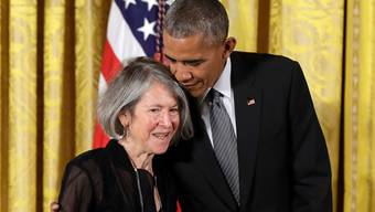 Der ehemalige US-Präsident Barack Obama gratuliert Louise Glück 2015 zum Erhalt der National Humanities Medal in Washington.