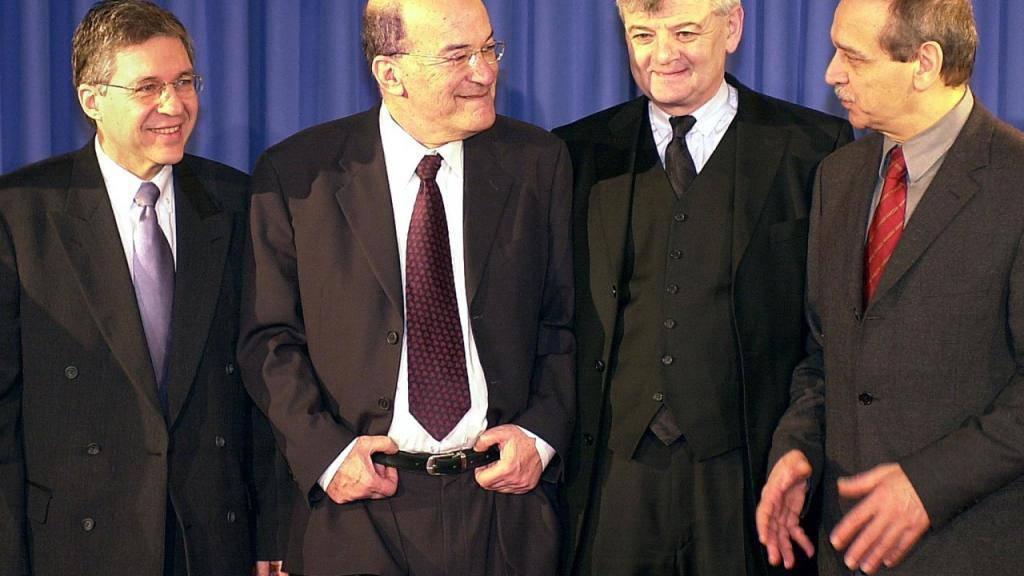 Jossi Sarid (zweiter von links) bei einem Treffen über Nahost-Friedensgespräche in Berlin 2002 (Archiv)